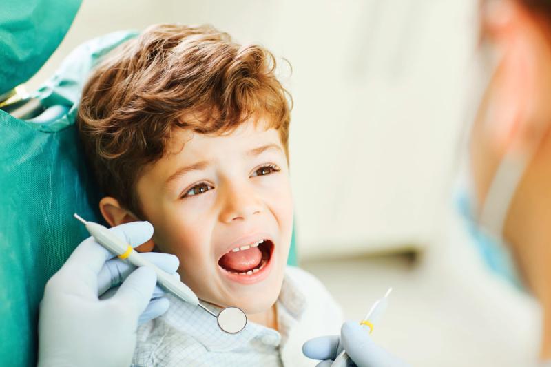 Kindern im Prenzlauer Berg spielend die Angst vor der Zahnärztin nehmen.